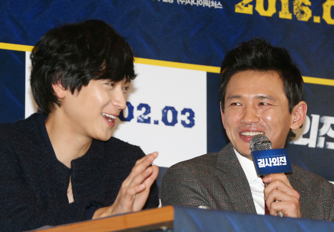"""Actors Gang Dong-won (left) and Hwang Jung-min speak at a press conference for their new movie """"A Violent Prosecutor"""" at the Coex Megabox theater in Gangnam-gu, Seoul, Monday. (Yonhap)"""
