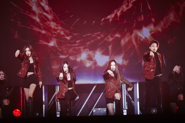 "F(x) performs at Olympic Hall in Seoul on Sunday in ""Dimension 4 -- Docking Station,"" the group's first exclusive concert. (SM Entertainment)"