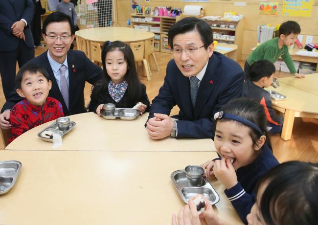 Prime Minister Hwang Kyo-ahn on Thursday visit a kindergarten in Jongno-gu, central Seoul. / Yonhap