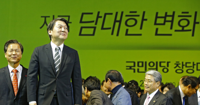 Rep. Ahn Cheol-soo (second from left) and Rep. Chun Jung-bae (left) attend the party's caucus in Daejeon on Tuesday. Yonhap