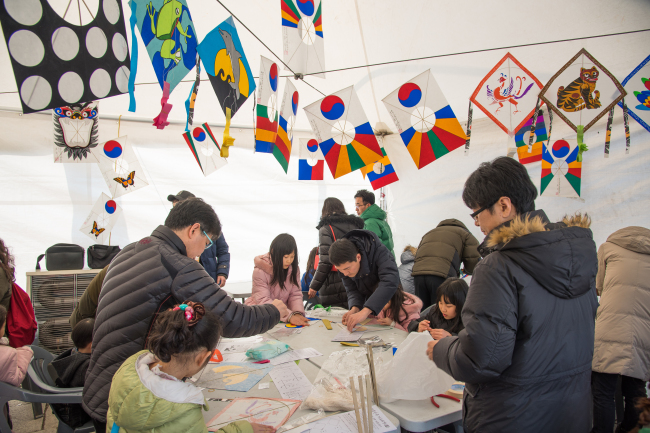 Visitors participate in the kite-making session at the National Folk Museum of Korea in Seoul. (The National Folk Museum of Korea)