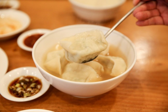 Pillowy white mandu served with a soy and scallion dipping sauce. (Lee Kyeng-sub)