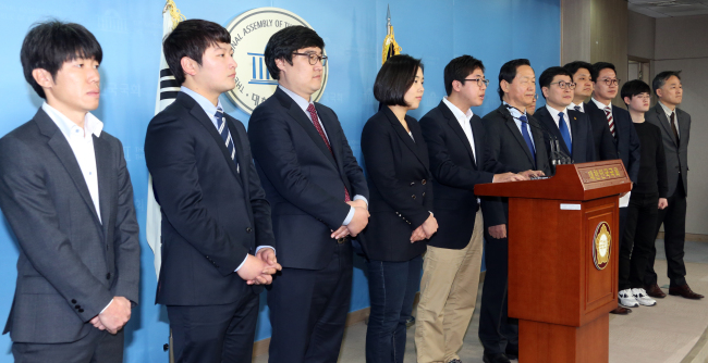 Young preliminary candidates of The Minjoo Party of Korea including Lee Dong-hak (center) hold a press conference announcing their bids at the National Assembly on Feb. 3. (Yonhap)