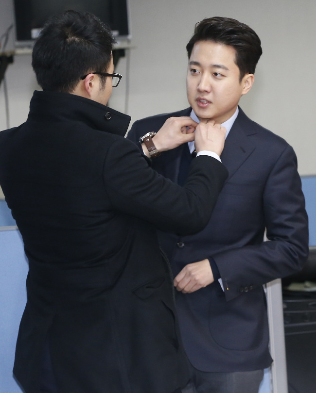 The Saenuri Party's Lee Jun-seok gets ready to announce his bid to run in the April 13 elections at the National Assembly on Jan. 24. (Yonhap)