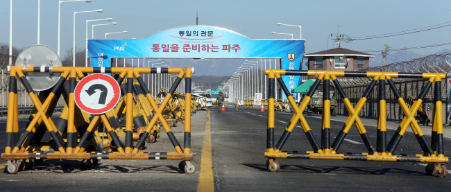 The road leading to the inter-Korean Gaeseong Industrial Complex on Tongil Bridge in Paju, Gyeonggi Province, close to the Demilitarized Zone, appears empty during the Lunar New Year holiday on Wednesday. (Yonhap)