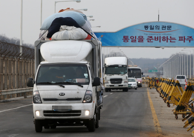Vehicles loaded with goods from Gaeseong industrial park return to South Korea through Paju, Gyeonggi Province on Thursday. Yonhap