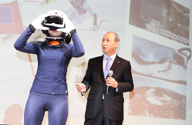 KT's network division vice president Oh Seong-mock demonstrates the company's 360-degree virtual reality video technology at a press conference in Seoul on Monday. KT