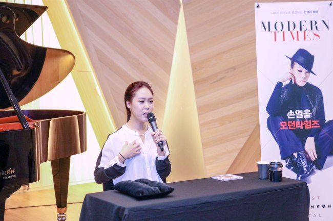 "Pianist Son Yeol-eum speaks at a press conference for her new album, ""Modern Times,"" at the Stradeum concert hall in Seoul on Wednesday.(Credia)"
