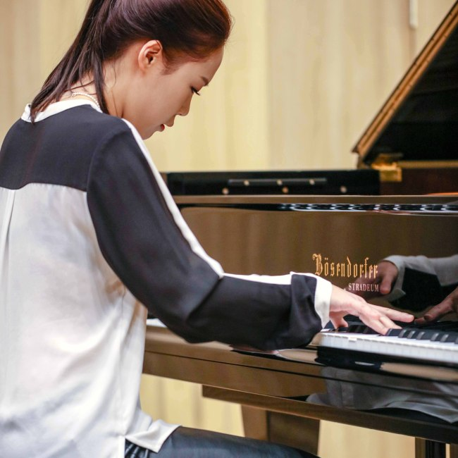 "Pianist Son Yeol-eum performs at a press conference for her new album, ""Modern Times,"" at the Stradeum concert hall in Seoul on Wednesday.(Credia)"