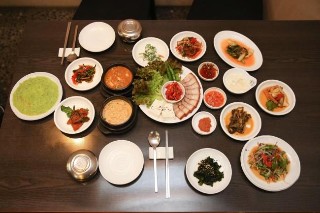 Set course at Insa-dong Tofu Restaurant with cheonggukjang, biji tofu stew and pork bossam (Lee Sang-sub/The Korea Herald)