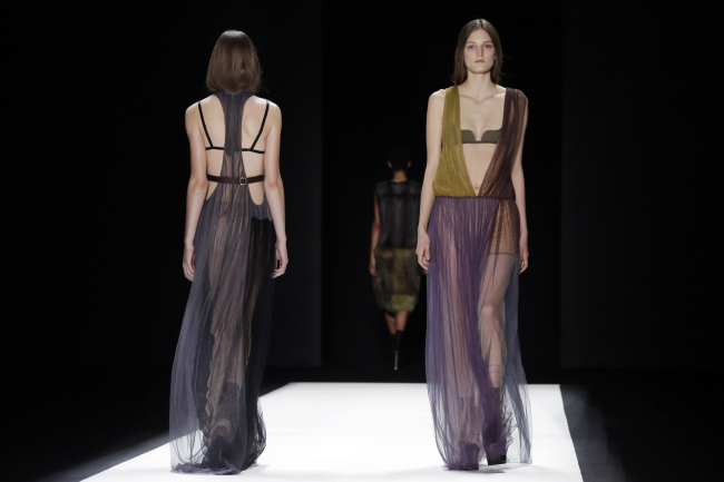 The Vera Wang Fall 2016 collection is modeled during Fashion Week in New York on Tuesday. (AP-Yonhap)