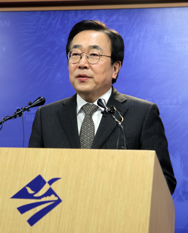 Suh Byung-soo announces his resignation as the chairman of the Busan International Film Festival ​at a press conference in Busan on Thursday. (Yonhap)