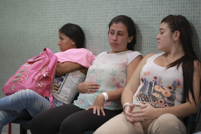 Daniela Rodriguez, 19, six-weeks pregnant, sits between two other women who are expecting, as they wait for test results after being diagnosed with the Zika virus at the Erasmo Meoz Hospital in Cucuta, Colombia. AP-Yonhap
