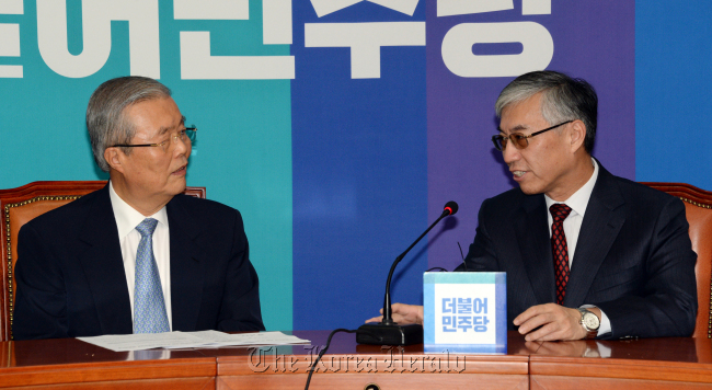 Kim Chong-in (left), interim chairman of the main opposition The Minjoo Party of Korea, speaks with Chinese Ambassador Qiu Guohong on Tuesday in Seoul. (MPK)