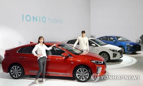 Models pose with Hyundai Motor's Ioniq hybrid cars. (Yonhap)