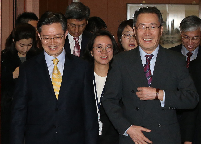 Chief six-party talks negotiators Hwang Joon-kook of South Korea (left) and Wu Dawei of China meet for their meeting in Seoul on Sunday. (Yonhap)