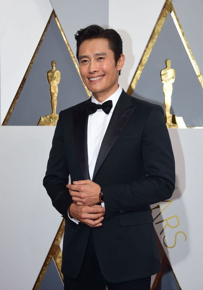 Lee Byung-hun poses for press at the 88th Academy Awards in Los Angeles. (Yonhap)
