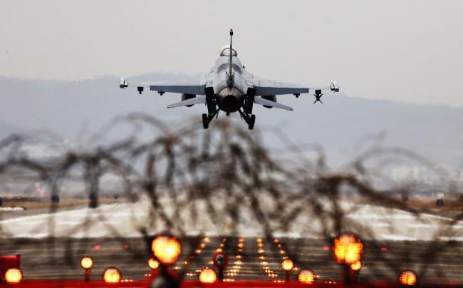 An F-16 fighter jet lands at Osan Air Base in Pyeongtaek, Gyeonggi Province, on Monday. (Yonhap)