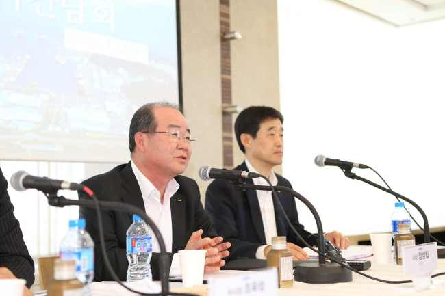 DSME CEO Jung Sung-leep (left) speaks at a press conference  in Seoul on Thursday.  (Yonhap)