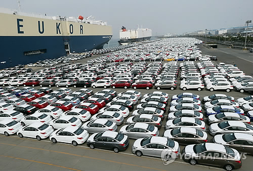 Cars waiting to go onboard for export (Yonhap)