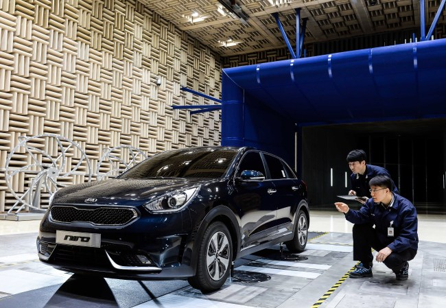 Engineers of Kia Motors conduct a product quality inspection on Kia's all-new Niro hybrid sport utility vehicle, at a media preview event held on Wednesday at the automaker's Namyang research and development center in Hwaseong, Gyeonggi Province. Kia Motors
