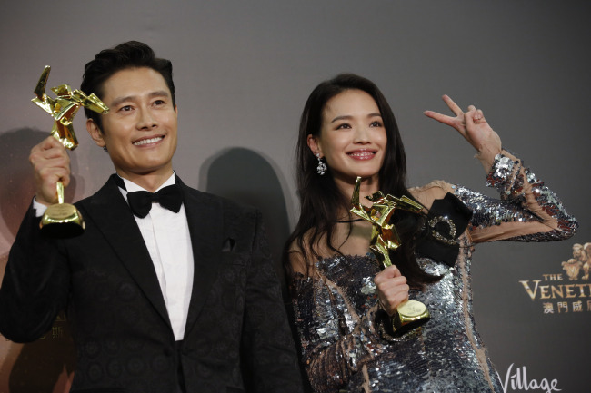 Actor Lee Byung-hun poses with Taiwanese actress Shu Qi after the 10th Asian Film Awards Ceremony in Macau on Wednesday. (AP-Yonhap)