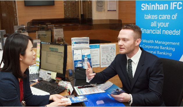 A customer talks with a private banker at Shinhan International Financial Center, which opened in Gwanghamun, central Seoul, on Jan. 31 . (Shinhan Financial Group)