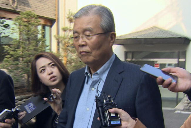 The Minjoo Party of Korea chairman Kim Chong-in answers reporters' questions in front of his residence in Seoul on Monday. Yonhap