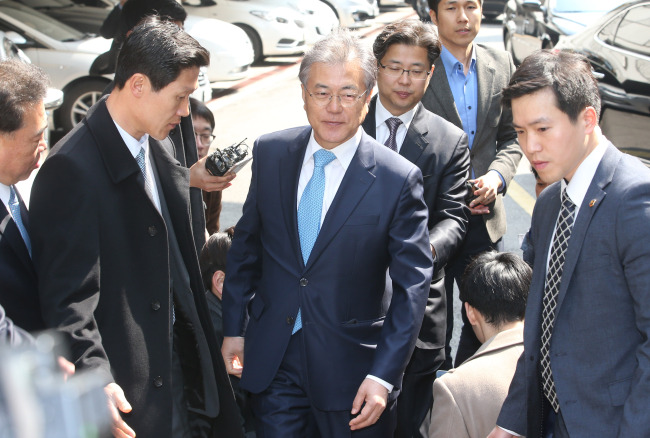 Former chief Rep. Moon Jae-in arrives at the home of Kim Chong-in in Seoul on Tuesday.