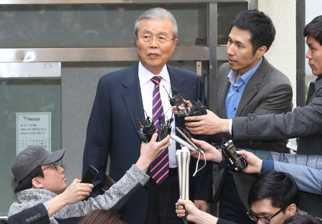 The Minjoo Party chairman Kim Chong-in leaves his home to attend a party meeting in Seoul on Tuesday after a daylong boycott.