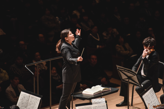 Sung Shi-yeon conducts the Gyeonggi Philharmonic Orchestra in its opening night performance on Friday, kicking off the 2016 Tongyeong International Music Festival in Tongyeong, South Gyeongsang Province. (TIMF)