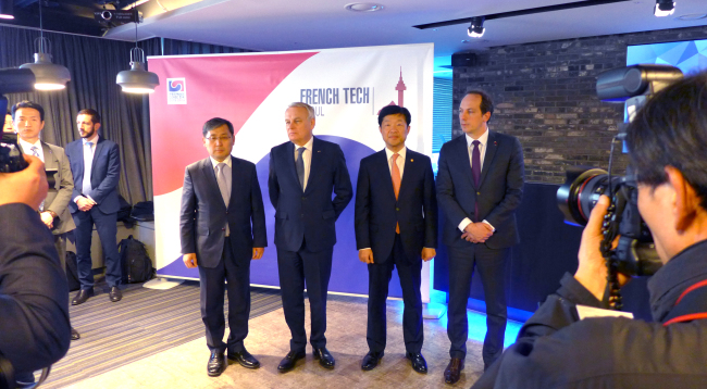 (From left) Korean Deputy Minister of Cultural Content Industry Yoo Tae-yong, French Foreign Minister Jean-Marc Ayrault, Korean Vice Minister of Trade, Industry and Energy Woo Tae-hee and French Ambassador Fabien Penone. (Joel Lee / The Korea Herald)