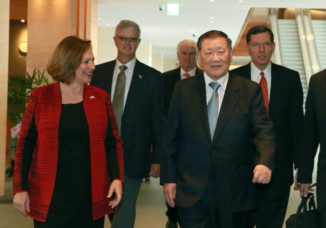Hyundai Motor Group chairman Chung Mong-koo (right, front row) walks with U.S. Sen. Deb fischer to their luncheon venue at the Rolling Hills in Hwaseong, Gyeonggi Province on Monday. Hyundai Motor Group
