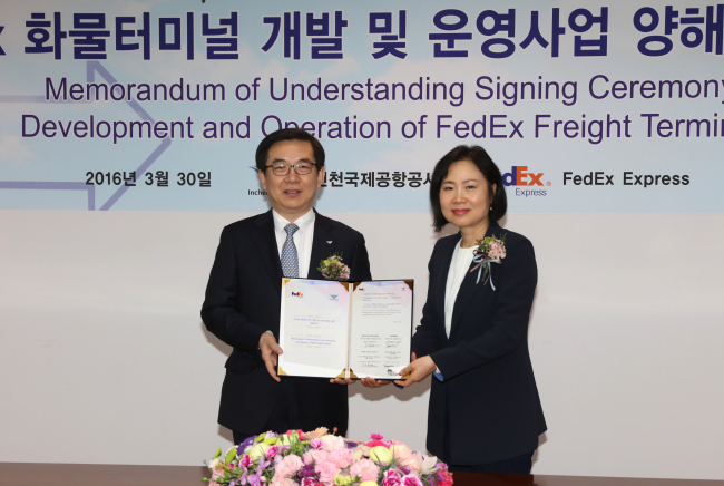 Incheon International Airport CEO Chung Il-young (left) and Federal Express Korea CEO Chae Eun-mi pose at the signing ceremony after signing an agreement to build the FedEx cargo terminal at the airport on Wednesday. (Incheon International Airport)