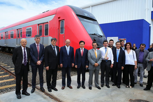 Hyundai Rotem CEO Kim Seung-tack (center) poses with officials from Sao Paulo state and Araraquara city government in an opening ceremony for the firm's Brazilian production line, held at the plant site, located in Araraquara, Thursday. (Hyundai Rotem)