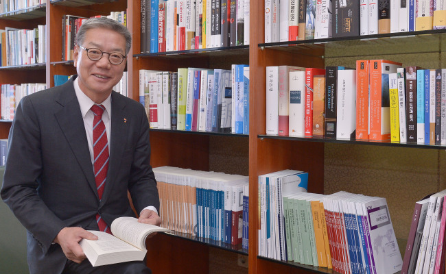 Hwang Young-key, chairman of the Korea Financial Investment Association, poses before an interview with The Korea Herald in Seoul on Wednesday. Lee Sang-sub/The Korea Herald