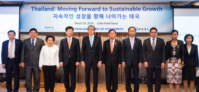 Participants pose at an investment seminar at Lotte Hotel in Seoul on March. 24. From left: Thai Ambassador Sarun Charoensuwan, Thai Deputy Minister of Commerce Suvit Maesincee, Thai Minister of Industry Atchaka Sibunruang, Korean Vice Minister of Trade, Industry and Energy Woo Tae-hee, Thai Deputy Prime Minister Somkid Jatusripitak, Thai Minister of Transport Arkom Termpittayapaisith, Thai Minister of Science and Technology Pichet Durongkaveroj, Thai Minister of Information and Communication Technology Uttama Savanayana, Thai Minister of Tourism and Sports Kobkarn Wattanavrangkul and Hiranya Sujinai, secretary-general of the Thailand Board of Investment (Royal Thai Embassy)