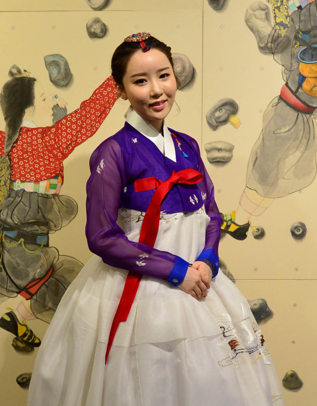 Artst Kim Hyun-jung poses for a photo at her solo exhibition in Insa-dong, Seoul, on Monday. (Yoon Byung-chan/The Korea Herald)