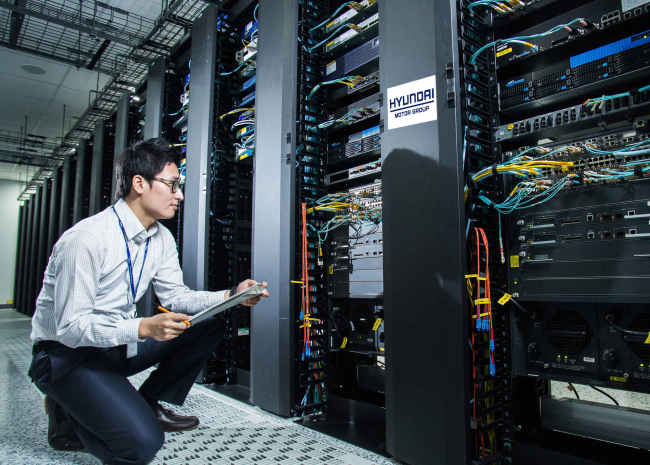A researcher looks into a cloud computing system that Hyundai Motor has already established for infrastructure to put a connected car into a place. (Hyundai Motor Group)