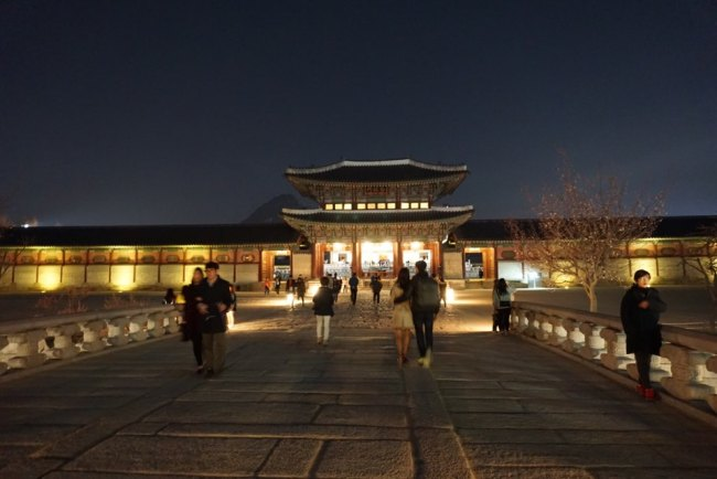Visitors take a stroll around Gyeongbokgung Palace during the nighttime opening on March 31. Kim Da-sol/The Korea Herald