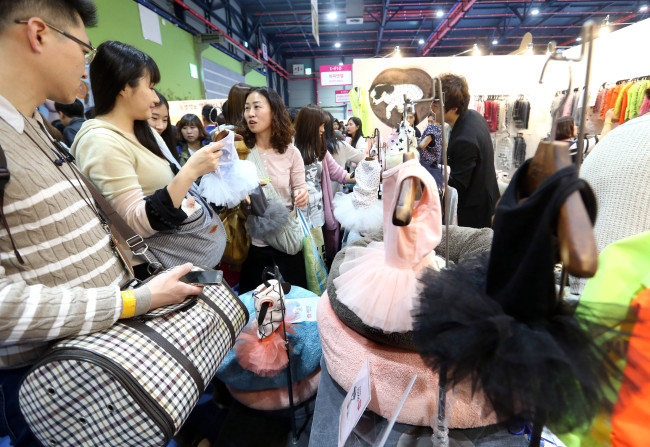 Citizens and their pets look at pet items at the K-Pet Fair 2016 held at Seoul's SETEC from April 1-3. The next round of exhibition is slated to take place in Busan from April 30-May 1. (Yonhap)