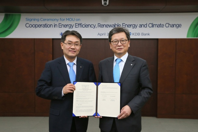 Korea Development Bank's senior executive vice president Ryu Hee-kyeong (right) poses with Korea Energy Agency president Byun Jong-rip after signing a memorandum of understanding at the bank's head office in Seoul on Wednesday.
