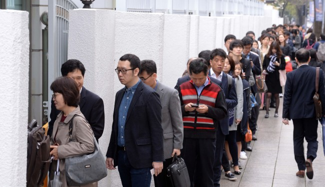 Public officials line up to enter the Seoul Government Complex in downtown Seoul on Thursday as security checks were fortified upon the recent break-in case. Ahn Hoon/The Korea Herald