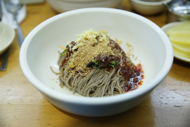 Bibim memil guksu with Yurimmyeon's house sauce (Lee Kyeng-sub)