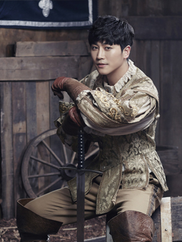 """Park Sung-hwan plays the role of Aramis in the musical, """"The Three Musketeers."""" (Showholic)"""