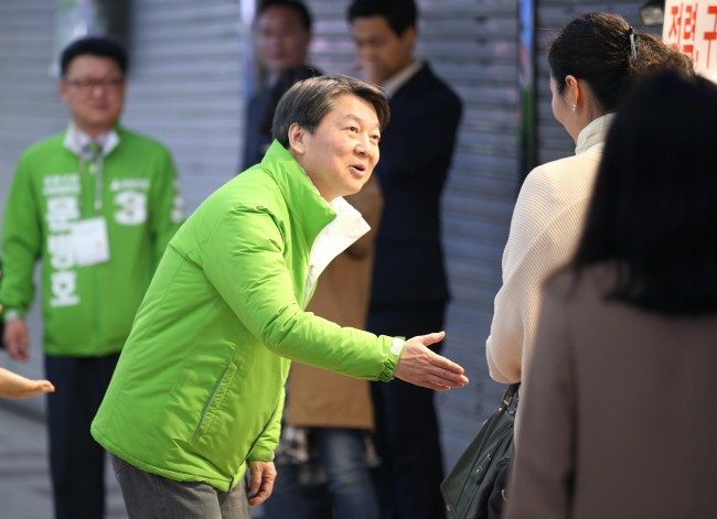 People's Party cochairman Rep. Ahn Cheol-soo greets citizens at Bupeyong Station in Incheon on Monday. (Yonhap)