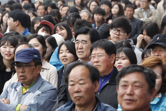 Citizens watch a general election campaign in Wonju, Gangwon Province. Yonhap
