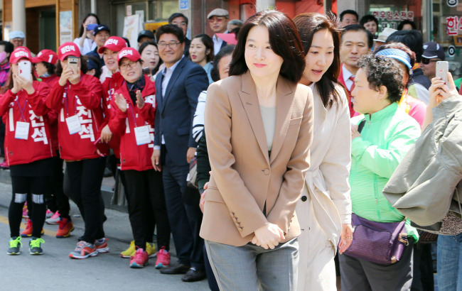 Actress Lee Young-ae joins a campaign in support of ruling Saenuri Party's candidate Rep. Chung Jin-seok on Monday. (Yonhap)