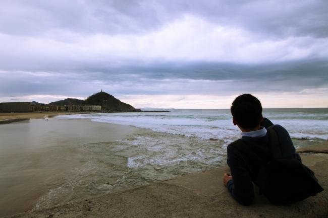 A traveler overlooks San Sebastián's Zurriola Beach, a popular local surfing hotspot. (Julie Jackson/The Korea Herald)