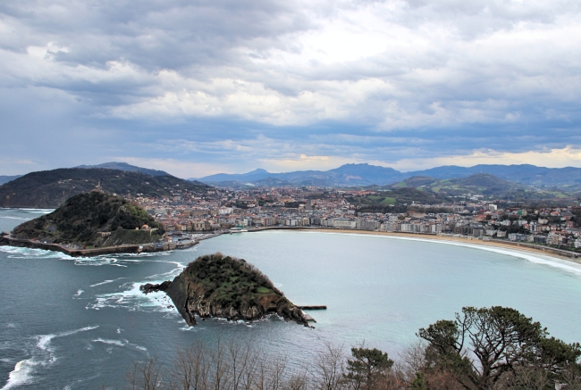 A panoramic view of the Bay of Biscay from atop Monte Igueldo in Spain. (Julie Jackson/The Korea Herald)